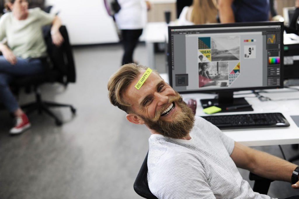 ragazzo che lavora in ufficio coworking Cormano