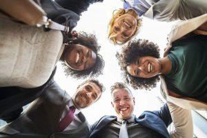gruppo di colleghi che fanno teambuilding