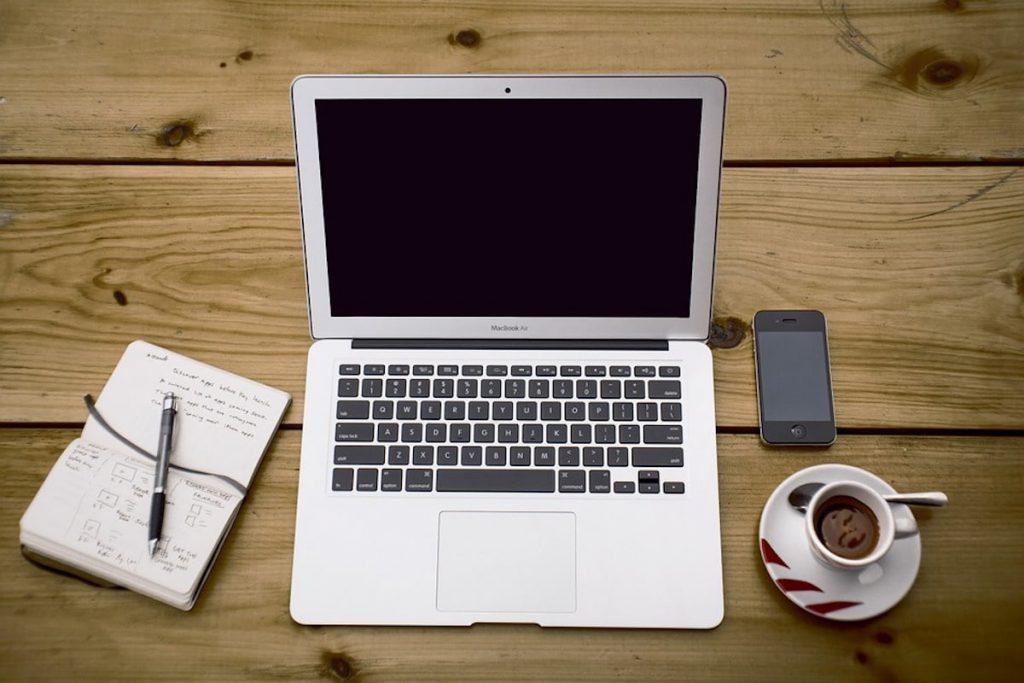 Spazio coworking laptop caffè smartphone