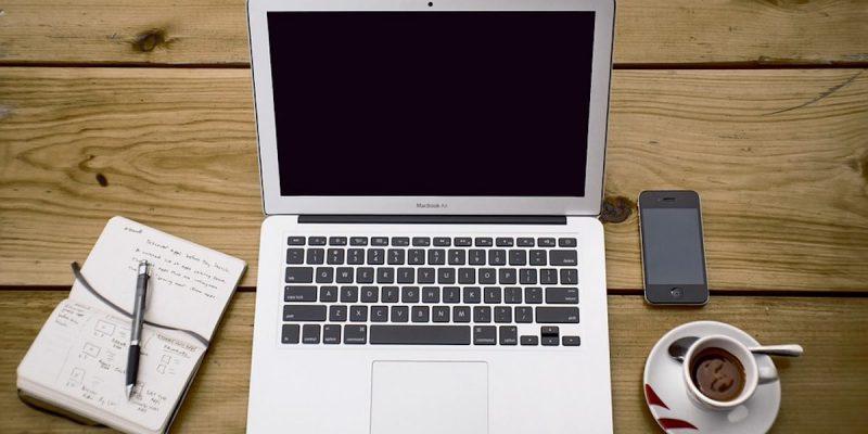 Laptop caffè e notepad e caffe
